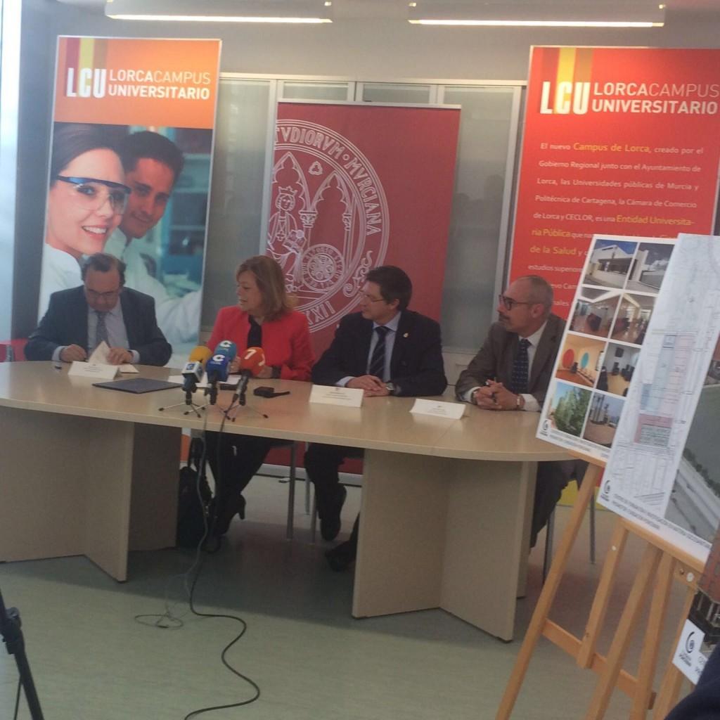 Firma para la creación del Centro de Día para personas mayores del Campus de Lorca